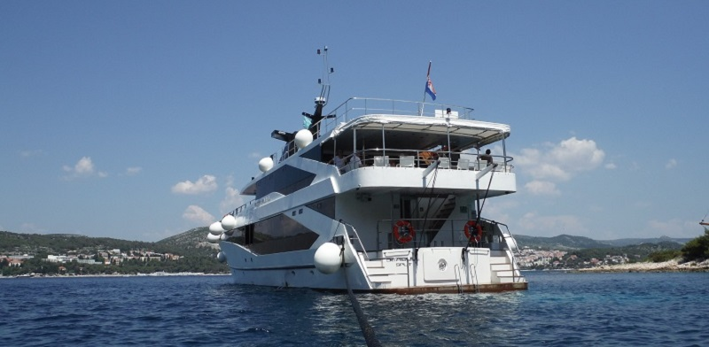 Stern with bathing platform and stairs