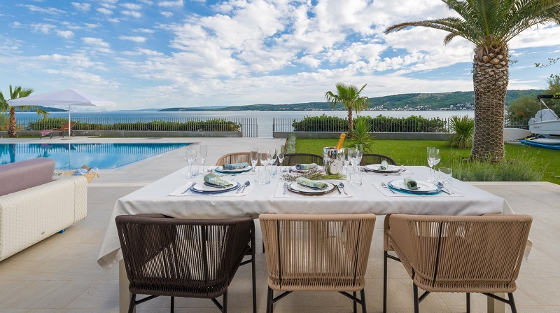 Dinning table with sea view